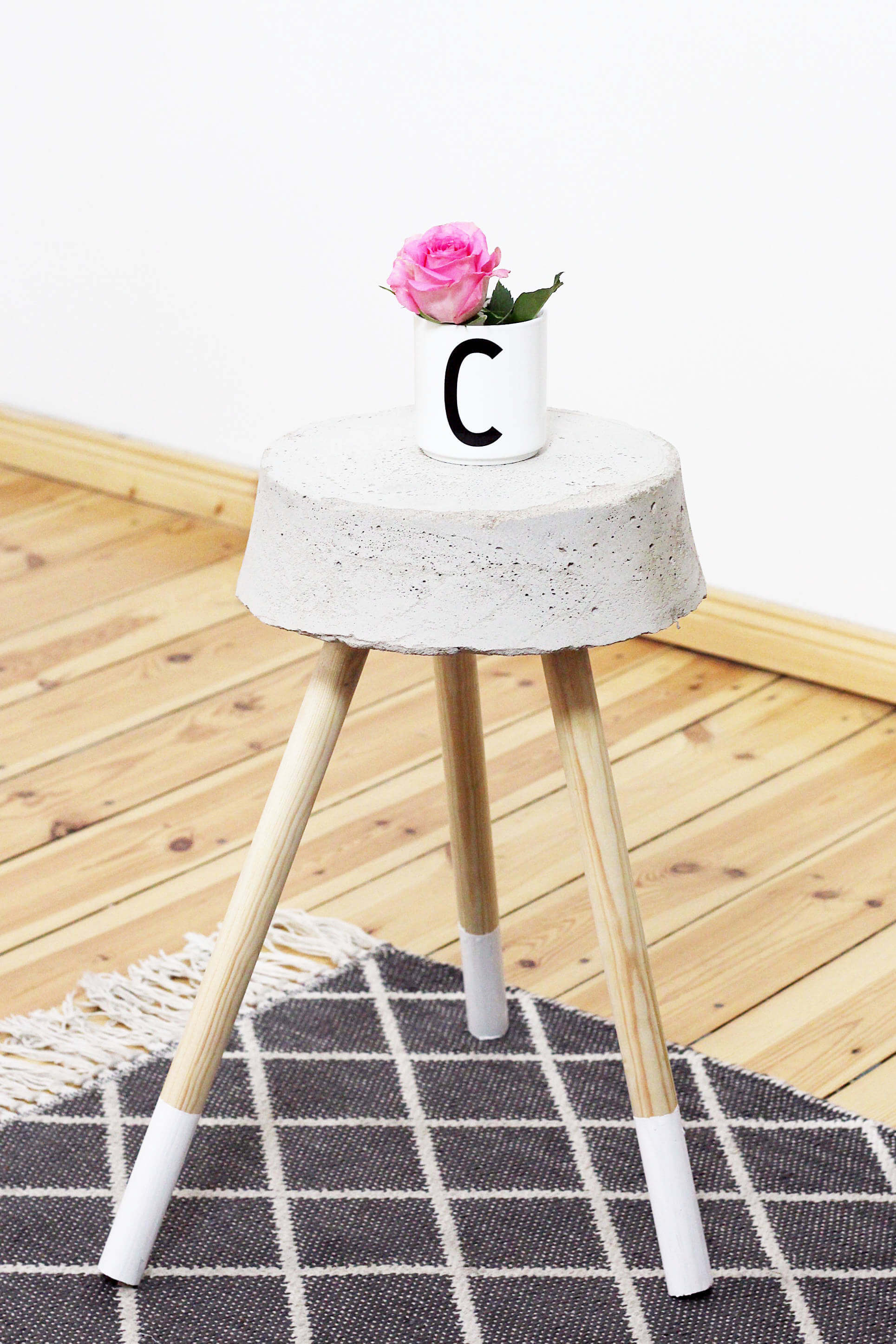diy beton hocker zum selber bauen stylisches wohn accessoire. Black Bedroom Furniture Sets. Home Design Ideas