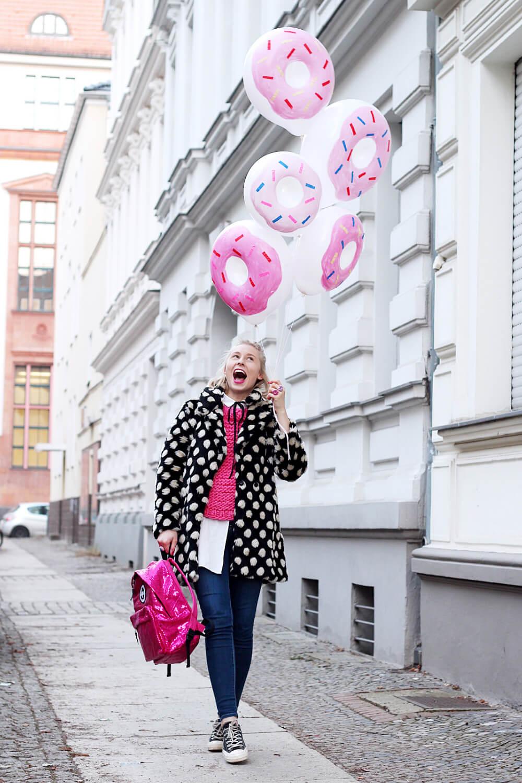 DIY-Donut-Ballons-selber-machen-gepunkteter-Mantel-Berlin-Streetstyle-Outfit-DIY-Blog-1