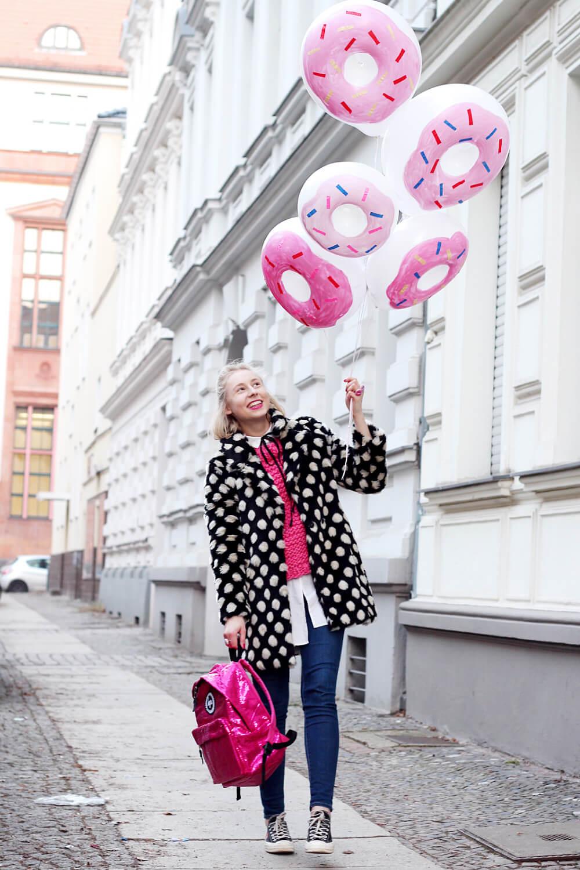 DIY-Donut-Ballons-selber-machen-gepunkteter-Mantel-Berlin-Streetstyle-Outfit-DIY-Blog-2