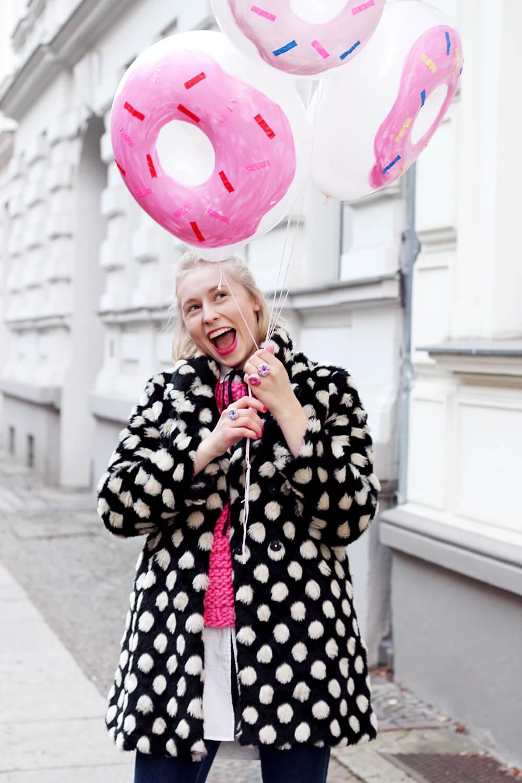 DIY-Donut-Ballons-selber-machen-gepunkteter-Mantel-Berlin-Streetstyle-Outfit-DIY-Blog-3