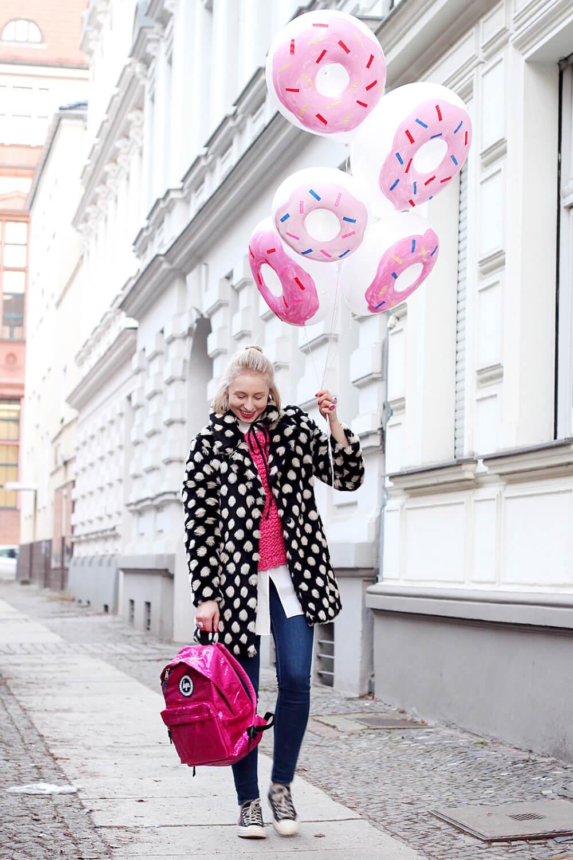 DIY-Donut-Ballons-selber-machen-gepunkteter-Mantel-Berlin-Streetstyle-Outfit-DIY-Blog-4