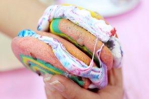 Regenbogen Kekse backen mit Marshmallow Füllung: Einfaches Rezept für S'Mores 🌈