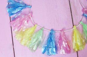 DIY Tassel Girlande aus bunten Müllbeuteln selber machen – Bunte DIY Party Idee!