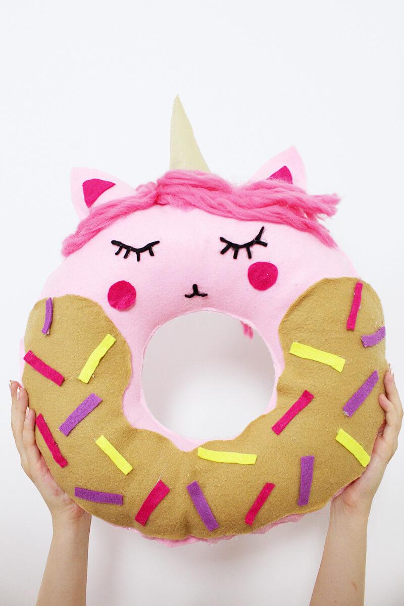 diy donut kissen mit einhorn motiv selber machen anleitung ohne n hen. Black Bedroom Furniture Sets. Home Design Ideas