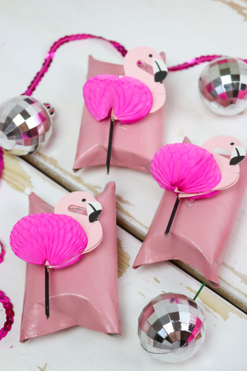 diy flamingo geschenkverpackung basteln 3 kreative geschenk ideen. Black Bedroom Furniture Sets. Home Design Ideas